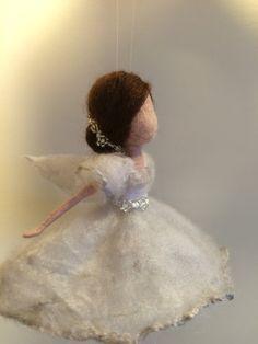 Das berühmte Ballett von Adan Giselle. Magische weiße Bild von Giselle, leicht wie ein Schatten tanzen unter den Glanz des Mondes. Sie ist sauber und hell, einfach und geheimnisvoll. Auf dem Kopf ist eine Krone aus natürlichen Perlen. Das Kleid ist aus weißer Wolle und mit einer dünnen Schicht aus grau-Perle Seide bedeckt.  Höhe beträgt 14 cm.