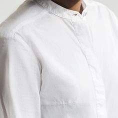 it's all in the details. crisp white @alexandermcqueen shirt. loving the hidden button panel banded collar and tailored darts around the bust and shoulders.