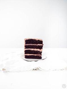 Double Chocolate Torte mit Espresso-Mascarpone-Frosting - einzelnes Stück