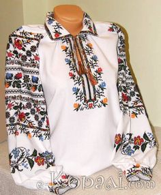 I can't say with any certainty whether this is traditional or not.  My instincts say not.  But it has many hallmarks of traditional shirts.