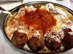 Ένα πεντανόστιμο λαχταριστό πιάτο που κανείς δεν μπορεί να αντισταθεί. Κεμπάπ γιαουρτλού με σπιτικές πίτες για ορεκτικό ή μεζεδάκι για το ουζάκι σας, αλλά Meat Cooking Times, Cooking Movies, Kids Cooking Recipes, Meat Recipes, Cooking Kale, Cyprus Food, Cooking London Broil, True Food, Fabulous Foods