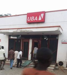 Commotion as Armed Robbers Attack UBA In Broad Daylight Shoot 2 Police Officers and Banker http://ift.tt/2zRMidr