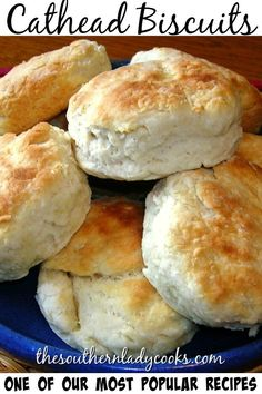 Cathead biscuits is a wonderful, old-fashioned recipe for biscuits. - Cathead biscuits is a wonderful, old-fashioned recipe for biscuits. Pollo Frito Estilo Kentucky, Cat Head Biscuits, Angel Biscuits, Scones, Sour Cream Biscuits, Buttermilk Biscuits, Southern Biscuits, Kentucky Biscuits, Biscuit Bread