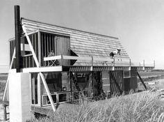 Uno de los mejores A-frames fue diseñada por Andrew Geller, el arquitecto de la felicidad. El Elizabeth Reese Casa en Sagaponack, Nueva York, fue construido en 1955. Alastair Gordon describe el pensamiento de Geller en su obituario de Geller, que murió el día de Navidad en 2011: