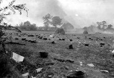 Casques jetés par des prisonniers allemands, qui ont été emmenés dans un camp de prison, dans un domaine en Normandie, France en 1944.