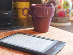 """.@MissTcharafi raconte """"Mon histoire d'amour avec le reader Cybook odyssey. Le livre électronique est-il le remplaçant du livre papier ou une autre façon d'aborder la lecture ?"""" Nous pensons aussi que #Cybook et livre papier cohabitent très bien !"""