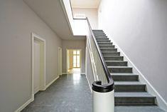 Die Eingangshalle mit dem Treppenaufgang aus Naturstein.