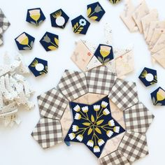 Mommy by day Crafter by night: La Passacaglia: Part 2 English Paper Piecing, Patchwork Patterns, Quilt Patterns, Geometric Patterns, Paper Peicing Patterns, Millefiori Quilts, Quilt Modernen, Amy Butler, Hand Quilting