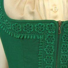 Sehr schönes grünes Dirndl mit grüner Spitze verziert. Dazu gehören eine passende Bluse und Schürze aus beigem Satin.  Das Dirndl getragen und hat Gebrauchsspuren (Farben leicht verblasst), aber...