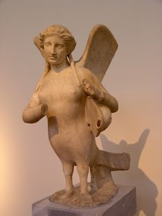 Estatua funeraria de sirena, c. 370 a. C., Museo Arqueológico Nacional de Atenas.