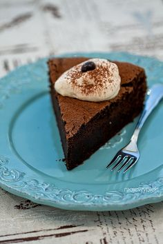 Schokoladenkuchen mit Sahne und Espresso Caffe Latte