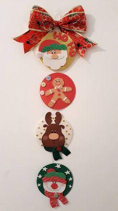 6 IDÉIAS EM E.V.A PARA O NATAL, DIY, FAÇA VOCÊ MESMA E HISTÓRIA REAL DA Q´MIMO. #enfeitesdenatal #natal #eva #noitefeliz #artesanato #artesanatoemeva #diy #façavocemesma #diyhomedecor  #enfeitearvoredenatal #artesã #venderartesanato #trabalharemcasa Christmas Art, All Things Christmas, Christmas Wreaths, Christmas Decorations, Xmas, Christmas Ornaments, Holiday Decor, Natal Diy, Balloon Decorations