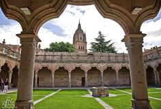 Cloister in the University of Salamanca / https://500px.com/photo/14176015/cloister-in-the-university-of-salamanca-by-roberto-h-