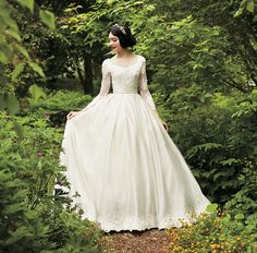 Snow White wedding dress Disney Collabs With Japanese Wedding Company To Make Princess Wedding Dresses, And They Look Stunning Disney Inspired Wedding Dresses, Princess Wedding Dresses, Bridal Dresses, Wedding Gowns, Wedding Ceremony, Snow White Wedding Dress, Snow Wedding, Robes Disney, Disney Dresses