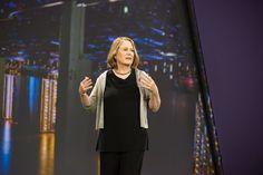Diane Greene, de Google, es una de las mujeres más reconocidas en el mundo de la tecnología. En el Día Internacional de la Mujer, Greene dio una conferencia a más de 10 mil personas. No sólo habló de los avances de Google Cloud; también explicó la razón por la que llevaba un listón rojo prendido a la ropa.