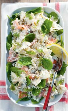 Creamy farfallesalad with salmon. Looks delicious to me. Fish Recipes, Salad Recipes, Belgium Food, Pasta Lunch, Brunch, Savory Salads, Good Food, Yummy Food, Cooking Recipes