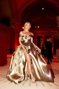 Jasmine Sanders attends the Heavenly Bodies: Fashion & The Catholic Imagination Costume Institute Gala at The Metropolitan Museum of Art on May 2018 in New York City. Elegant Dresses, Pretty Dresses, Beautiful Dresses, Beautiful Things, Met Gala Outfits, Mode Outfits, Gala Dresses, Red Carpet Dresses, Club Dresses