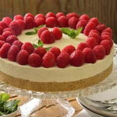 This rich cheesecake recipe does not require an oven because it is frozen. It is delicious decorated with raspberries and accompanied by strawberry jam. Gourmet Recipes, Cake Recipes, Dessert Recipes, Cooking Recipes, Chess Cake, Christmas Dishes, Mini Cheesecakes, Low Carb Desserts, Cooking Time