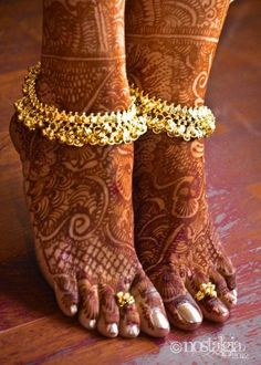 I am not sure what our costumes look like but i love the ankelets!- Bridal anklet or payal with mehndi or henna design Anklet Designs, Mehandi Designs, Ring Designs, Nostalgia Photography, Jagua Henna, Becca Highlighter, Bollywood, Tatoo Henna, Henna Mehndi