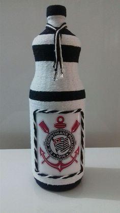 Garrafa decorada de time, feita com barbante e adesivo.