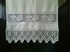 Linda toalha com crivo e crochê