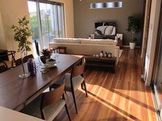 ウォールナットカラーの床材にウォールナット無垢材の家具でコーディネートした実例です