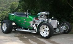 Vintage Cars 1923 Kryponite Ford T Bucket. How do you build an awesome hot rod? How about getting a huge and bolting it to a stripped-down bucket on wheels? Bugatti Veyron, Carros Audi, Old Hot Rods, Cool Old Cars, T Bucket, Classic Hot Rod, Ford Classic Cars, Us Cars, Car Wheels