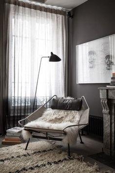 Mörkt och Skirt! Gardiner som faller vackert från tak till golv i skira mörka vågor. För liknande resultat kan vi tipsa om Gotain linnegardiner i färgen granit som finns i både singel och dubbelbredd. Besök oss på www.gotain.com - Vi gör det enkelt att beställa skräddarsydda gardiner. Bildkälla: Aftonbladet.se #gardiner #gardin #linnegardiner #vardagsrum