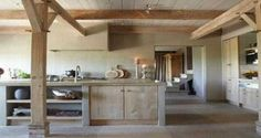 Design, rustique ou scandinave, la cuisine en bois ne se fige pas dans un style déco. Cuisine en total look bois ou associée à du blanc ou noir, la cuisine en bois se fait tendance