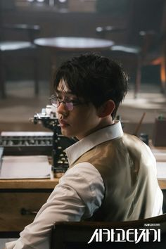 Chicago Typewriter - Yoo Ah In Asian Actors, Korean Actors, Korean Dramas, Gu Family Books, Kdrama, J Star, Yoo Ah In, Korean Fashion Men, Big Bang Top