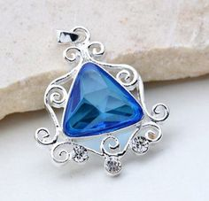 Halsband - Silver belagt hängsmycke med blå kristall