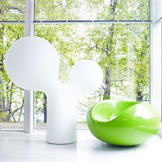 """Suunniteltuaan Pastillituolin vuonna 1967 Eero Aarnio sai vastaanottaa jo seuraavana vuonna American Industrial Design Awardin. The New York Times kirjoitti tuolloin Pallotuolista ja Pastillituolista: """"mukavimmat mahdolliset muodot, jotka voivat kannatella ihmiskehoa""""."""