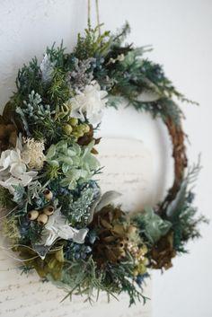 森の三日月リース Fall Wreaths, Door Wreaths, Christmas Wreaths, Funeral, Flower Arrangements, Floral Wreath, Autumn, Holiday Decor, Flowers