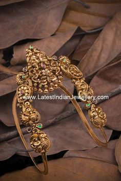 Gold ara vanki in rich nakshi work to adorn your arm. The stunning designer gold vanki in antique dull finish with peacock design Vanki Designs Jewellery, Jewelry Design Earrings, Gold Earrings Designs, Gold Jewellery Design, Gold Jewelry, Gold Necklaces, Necklace Designs, Fine Jewelry, Indiana
