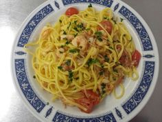 Trenette all'uovo fatte in casa con speck, gamberetti e pomodorini Spaghetti, Drink, Ethnic Recipes, Home, Soda, Beverage, Drinking, Drinks