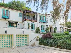 Jesse Tyler Ferguson (Modern Family) Buys Gwen Stefani's Former Home in Los Feliz, CA Spanish Style Homes, Spanish Revival, Spanish Colonial, Aberdeen, Gwen Stefani House, Modern Family Actors, Pasadena Real Estate, Buying A New Home, Los Angeles Homes