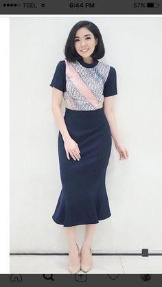 Spring Work Outfits, Simple Outfits, Simple Dresses, Beautiful Dresses, Batik Kebaya, Batik Dress, Tutorial Tutu, Batik Blazer, Batik Couple
