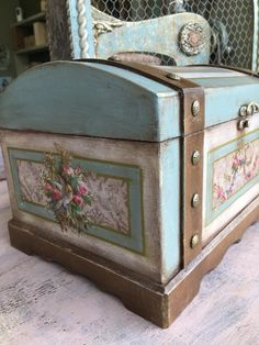 Painted Floors, Painted Furniture, Shabby Chic Jewellery Box, Fabric Panel Quilts, Jewelry Box Makeover, Diy Home Accessories, Vintage Trunks, Trunks And Chests, Decoupage Box