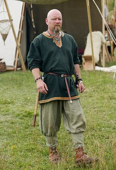 Reenactor at  Viking market in Hobro, 2009.  I like the Tunic! http://clapet.dk/Sildehagen09/sildehagen09.htm