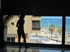Laura con las vistas desde la sala de reuniones en el Gran Hotel Sol Y Mar