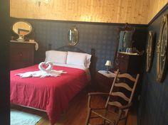 La chambre que l'on a nommé : la chambre des ancêtres en notre Couette & Café À la Québécoise au Centre-Ville de Québec :  418-529-2013 2013, Centre, Bed, Furniture, Home Decor, Duvet, Bedroom, Decoration Home, Stream Bed