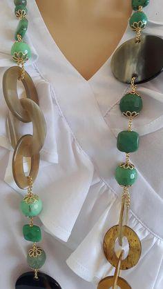 Collana annodata a mano con pietre dure sfaccettate crisoprasio verde 10-16 mm, elemento in corno , lunghezza 108 cm.