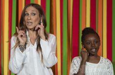米ホワイトハウス(White House)開催された米政府の芸術・人文科学委員会(President's Committee on the Arts and the Humanities、PCAH)主催の「ターンアラウンド・アーツ・タレントショー(Turnaround Arts Talent Show)」で、子どもたちと一緒にステージに上がった米女優のサラ・ジェシカ・パーカー(Sarah Jessica Parker、左)さん(2014年5月20日撮影)。(c)AFP/Jim WATSON ▼21May2014AFP|ホワイトハウスで子どもの「タレントショー」、著名人ら参加 http://www.afpbb.com/articles/-/3015452 #Turnaround_Arts_Talent_Show #Sarah_Jessica_Parker #White_House