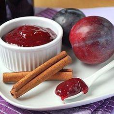 Heute habe ich einen leckeren Brotaufstrich für euch, der durch den enthaltenen Rotwein und den Zimt super zum Herbst und Winter passt. Da nach dem Kochen alles püriert wird, ist diese Pflaumen-Kon…