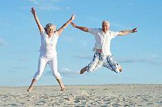 Silver-Ager am Strand - fit wie der sprichwörtliche Turnschuh
