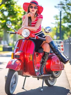 Vespa Girl, Scooter Girl, Sexy Boots, Black Boots, Scooters, Red Vespa, Botas Sexy, The Most Beautiful Girl, Beautiful Women