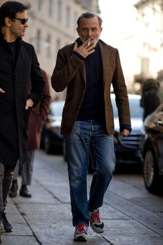 Street style from Milan Fashion Week: See the strongest street style from the best-dressed men attending the shows during women's week Autumn Winter 2017 Italian Mens Fashion, Old Man Fashion, Denim Fashion, Older Mens Fashion, Style Casual, Men Casual, Best Men's Street Style, Mode Man, Style Masculin