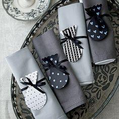 Anéis de guardanapo feitos com fita e papel pintado dão charme na medida. Bandeja Ideia Única, guardanapos Roupa de Mesa.