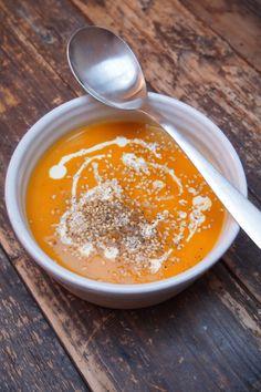 Vous avez remarqué combien j'aime les soupes des que le thermomètre tombe un peu? Du coup je suis sans cesse en train de chercher de nouveaux mélanges et ma fois carotte, pomme et patate douce vont très bien ensemble. Le curry ajoute une petite touche gourmande qui est parfaite. Et vous quel est votre mélange …