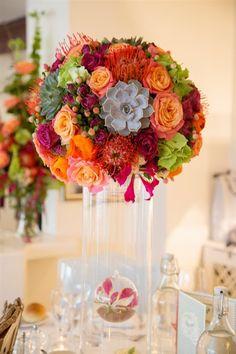 décor de table pour mariage composé de plantes grasses, protéa, hortensia.... sublime !